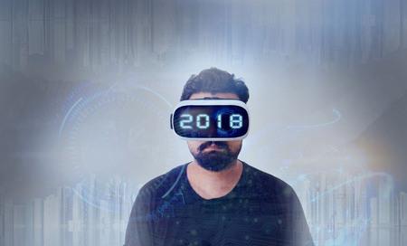 VR 가상 현실 안경 - 2018을 착용 한 검은 색 티셔츠를 입은 젊은 남자