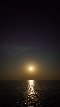 Beautiful sunset in the sea and reflection in the water - Vertical photo Foto de archivo - 121490962