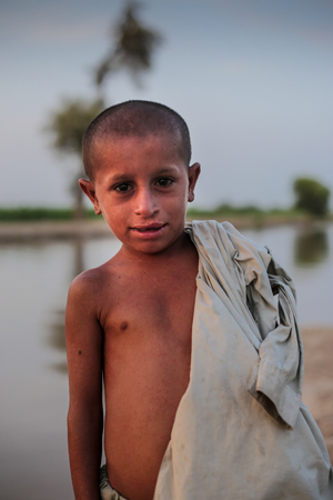 Portrait Of A Nacked Village Boy, Smiling And Looking At Camera In Sindh, Moro, Pakistan 26/08/2017 Foto de archivo - 121483098