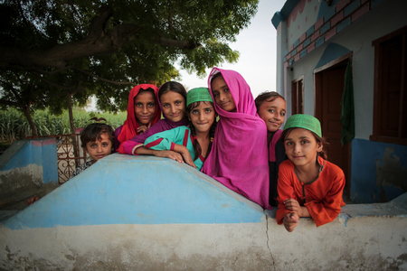 Village Kids Girls Smiling And Standing In A Mosque In Moro Sindh, Pakistan 28/08/2017 Foto de archivo - 121483380