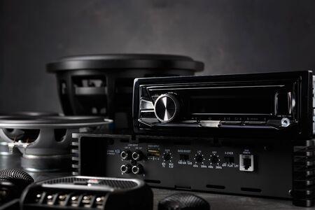 Autoradio, Autolautsprecher, Subwoofer und Zubehör zum Tunen. Dunkler Hintergrund.