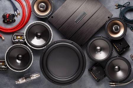 car audio, altoparlanti per auto, subwoofer e accessori per il tuning. Sfondo scuro. Vista dall'alto. Archivio Fotografico