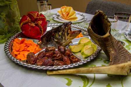 shofar: Jewish holidays Rosh-ha-Shana dish with the fish head, fruits and Shofar Archivio Fotografico