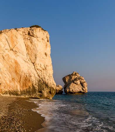 diosa griega: Petra tou Romiou o Roca de Afrodita, m�tico lugar de nacimiento de Afrodita, la diosa griega del amor y la belleza, pila de mar en Paphos, Chipre Foto de archivo