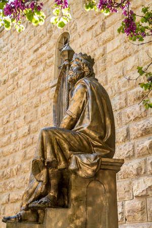 arpa: Jerusalén, ISRAEL - 14 de enero: Monumento del rey David con el arpa en Jerusalén, Israel el 14 de enero, el año 2016 Editorial
