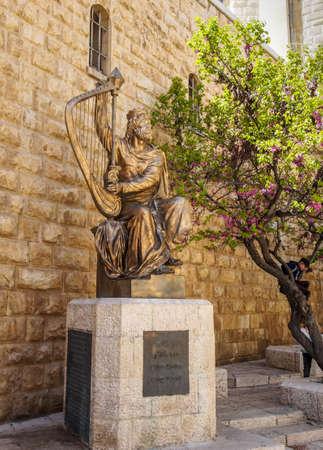 arpa: Jerusal�n, ISRAEL - 14 de enero: Monumento del rey David con el arpa en Jerusal�n, Israel el 14 de enero, el a�o 2016 Editorial