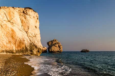 afrodita: Petra tou Romiou o Roca de Afrodita, m�tico lugar de nacimiento de Afrodita, la diosa griega del amor y la belleza, pila de mar en Paphos, Chipre Foto de archivo