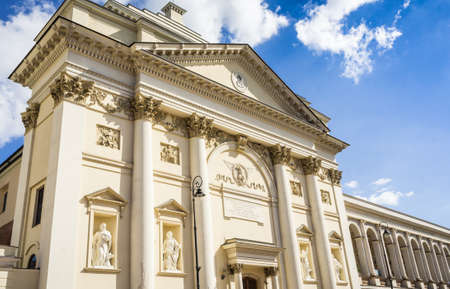 stare miasto: WARSAW, POLAND - SEPTEMBER 14: St. Annes Church with colonnade and statues of the Four Evangelists in the historic center of Warsaw, Poland on September 14, 2016
