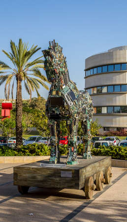 cavallo di troia: TEL AVIV, ISRAEL - DECEMBER 5: Cyber Horse, sculpture of Trojan horse at Tel Aviv University, Israel on December 5, 2016 Editoriali