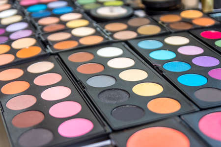 maquillage: Colorful eyeshadow palette, decorative cosmetics for makeup. Close-up, selective focus
