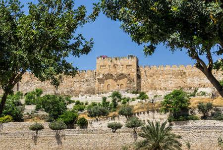 사원의 동쪽에있는 골든 게이트 또는 자비의 문 이스라엘에서 예루살렘의 오래 된 도시의 탑재. 겟세마네 동산에서 봅니다. 스톡 콘텐츠