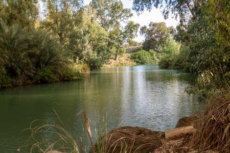 Rives du Jourdain sur le site du baptême de Yardenit, Israël