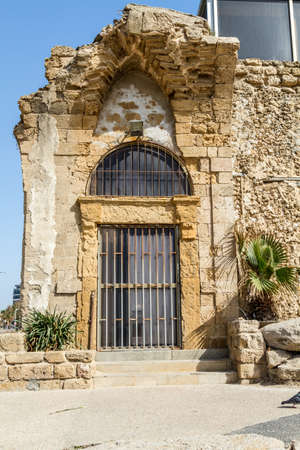 Ruin entrance door with lattice of The Etzel musuem on the promenade in Tel-Aviv Imagens