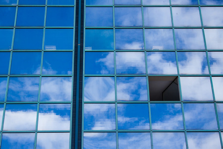 building with open window and facade reflecting clouds and blue sky in Nice cote d'azur in France Banque d'images - 110512987
