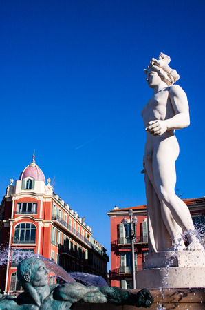 statue of Apollo in a fontain in Nice France springtime Banque d'images - 118508941