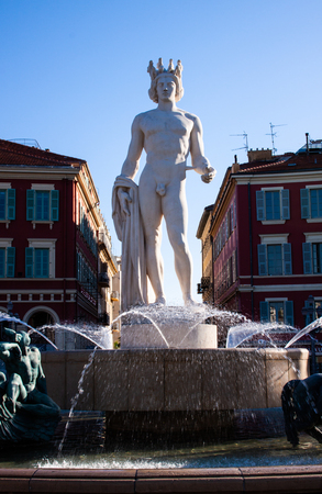 statue of Apollo in a fontain in Nice France springtime Banque d'images - 118508943