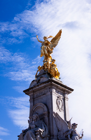 The victoria memorial in front of Buckingham palace  London Banque d'images - 112407549