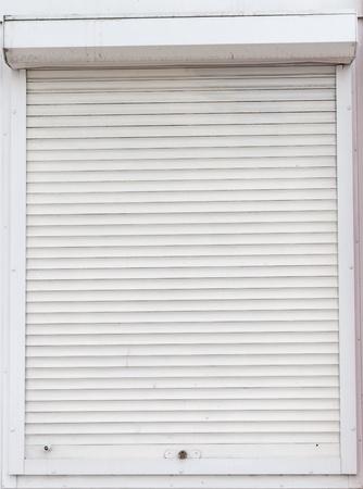 Fenêtre fermée volets sales
