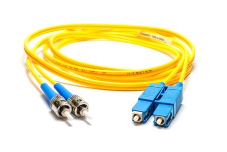 conectores: De modo �nico cable de conexi�n �ptica SC-ST-tipo, aisladas sobre un fondo blanco Foto de archivo