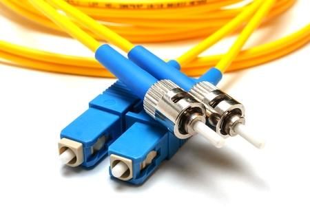 fibra óptica: de modo único conector óptico LC y ST de tipo aislado en un fondo blanco Close-up