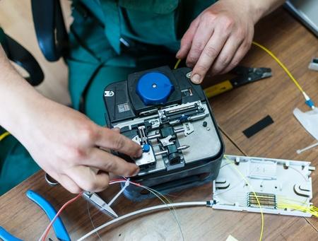 fibra óptica: Soldadura de cable óptico con un instrumento especial