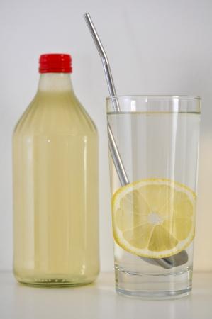 jus de citron: Lemon bouteille en verre de jus