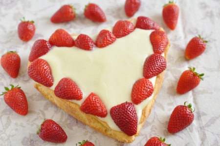 Heart Shaped Vanilla Cake with strawberries Stock Photo - 19395642