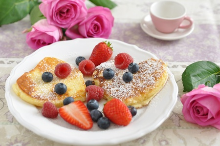 Heart Shaped Pfannkuchen mit frischen Beeren