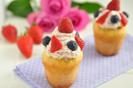 tasty cupcakes with berries Stock Photo - 19395875