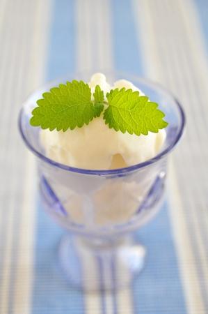 eis: Lemon Ice Cream with Lemon Balm