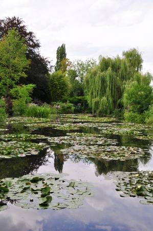 monet: Vista del jard�n de Claude Monet en Giverny, Francia Foto de archivo