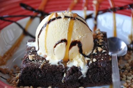 brownie: Brownie de chocolate con helado