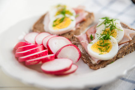 raddish: Bread with egg and red raddish