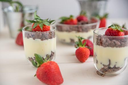 vanilla pudding: Vanilla pudding dessert with strawberries