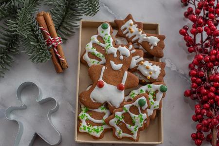 Gingerbread cookies Standard-Bild - 111791198
