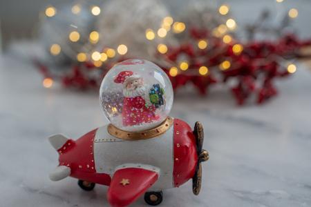 Snow globe with snow flakes Standard-Bild - 111901543