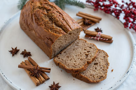 Banana bread with festive background Standard-Bild - 113104046