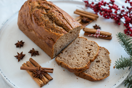 Banana bread with festive background Standard-Bild - 113103891