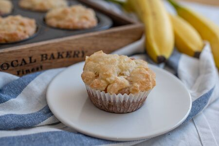 Homemade banana muffins on the wooden table 版權商用圖片