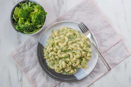 healthy home made vegan fusilli pasta salad with broccoli Stockfoto