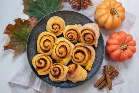 sweet home made autumn cinnamon rolls with pumpkin Archivio Fotografico