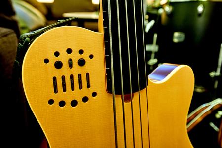 Gelbe Hintergrundfarbe der E-Gitarren-Karosserie Standard-Bild - 80951285