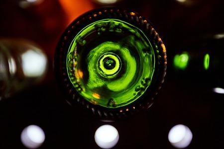 Grüne Böden von Weinflaschen durch helles Licht dunklen Hintergrund beleuchtet Standard-Bild - 84769300