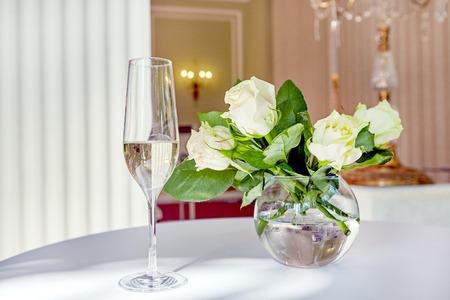 Tischdekoration mit Blumen und Weinglas Naturlicht Standard-Bild - 80951327