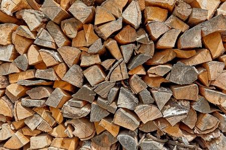 Brennholz trockenes Brennholz in einem Stapel für Ofen Anzünden Standard-Bild - 83805744