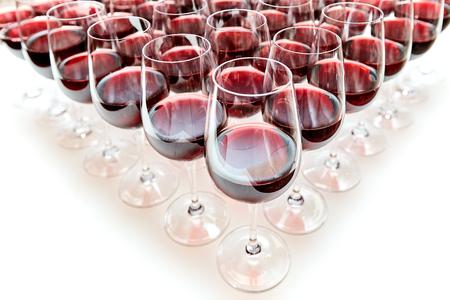 Gläser mit Rotwein auf einem Tisch stehen in Form eines Dreiecks Standard-Bild - 89308463