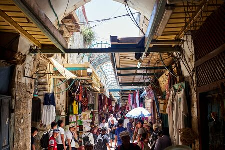 Jerusalem, Israel, June, 3, 2017. A lot of people walk between the rows in the old market on a sunny day. Standard-Bild