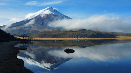 曇りの朝 - エクアドルでコトパクシ火山とリンピオプンゴ ラグーンの眺めが水に映ってください。 写真素材