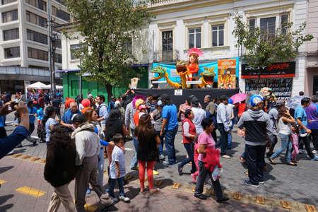 キト、ピチンチャエクアドル - 12月31 2017:「アノスビエホス」フェスティバルを賞賛アマゾナス通りを歩く人々。祭りは毎年新年を祝うために行われ 報道画像