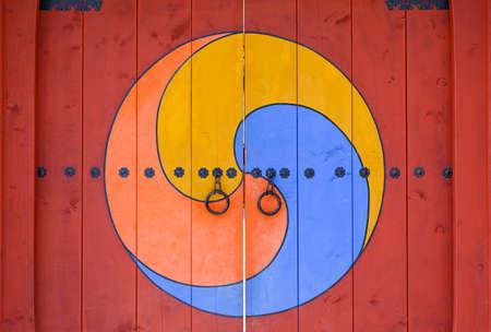 keys to heaven: Sam Taegeuk - South Korean symbol on the temple